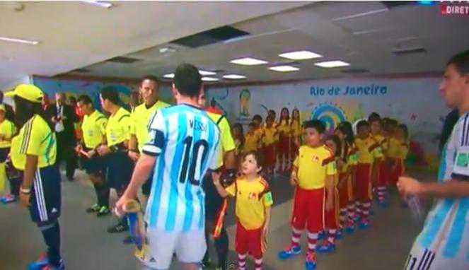 Lionel Messi Buat Bocah Maskot Ini Jadi Patah Hati