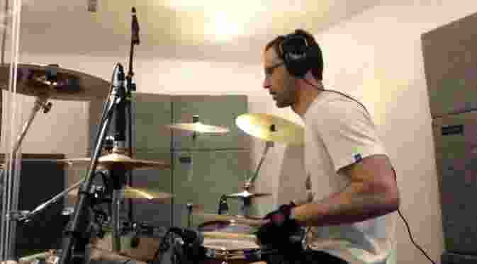 petr-cech-buat-video-drum-cover-lagu-magnificent