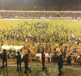 Pertandingan Bola antara klub Indonesia Berakhir Ricuh