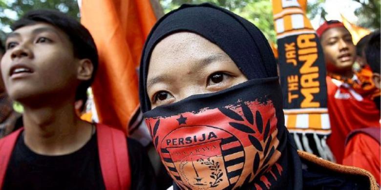 Suporter Persija Jakarta, The Jakmania, berdemonstrasi di depan Kantor Kementerian Pemuda dan Olahraga, Senayan, Jakarta