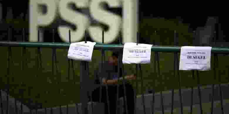Pintu gerbang Kantor PSSI di Senayan, Jakarta, disegel oleh massa dari Pecinta Sepakbola Indonesia