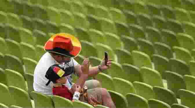 Foto Selfie-Selfie Unik Suporter di Piala Eropa 20164
