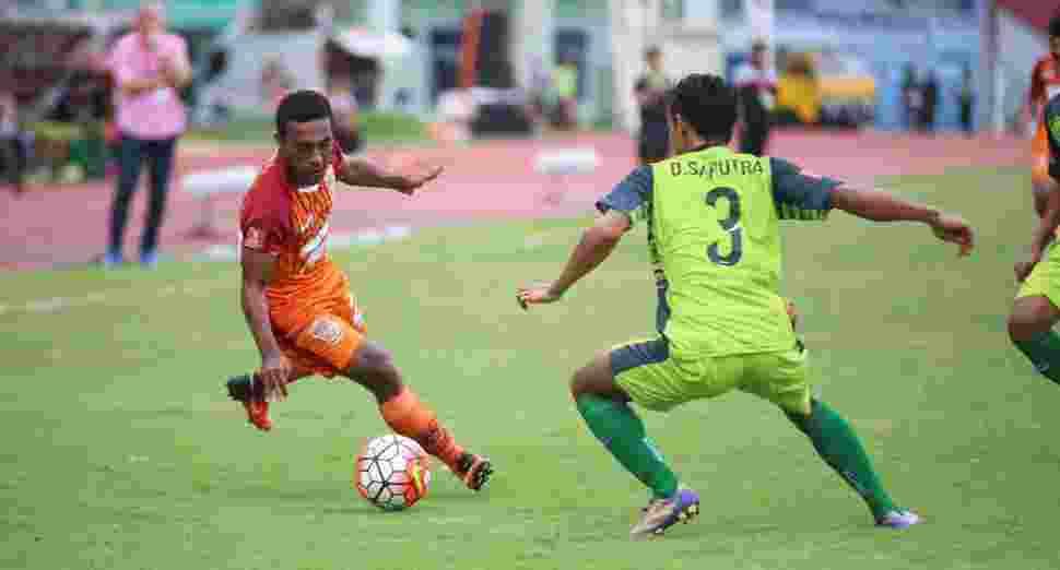 Terrens Puhiri coba melewati Dani Saputra, bek kiri Bhayangkara FC. PBFC akhirnya kalah di laga ini meski sempat mencetak gol terlebih dahulu.