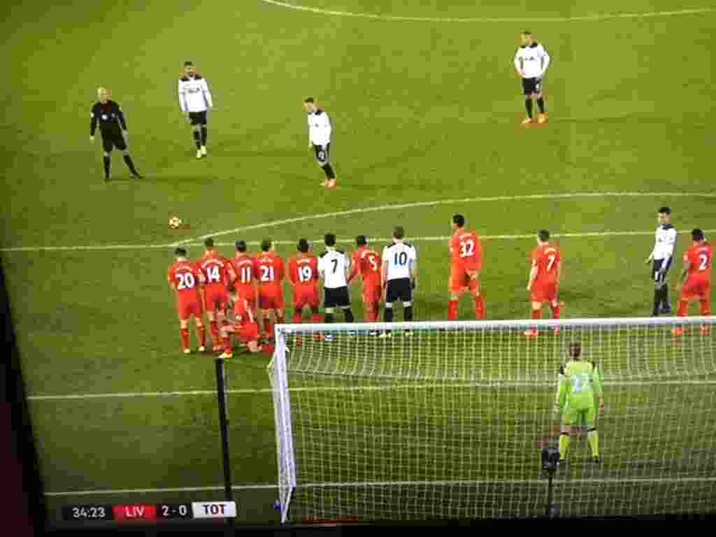 Aksi Nyeleneh Philippe Coutinho Saat Jadi Pagar Betis1