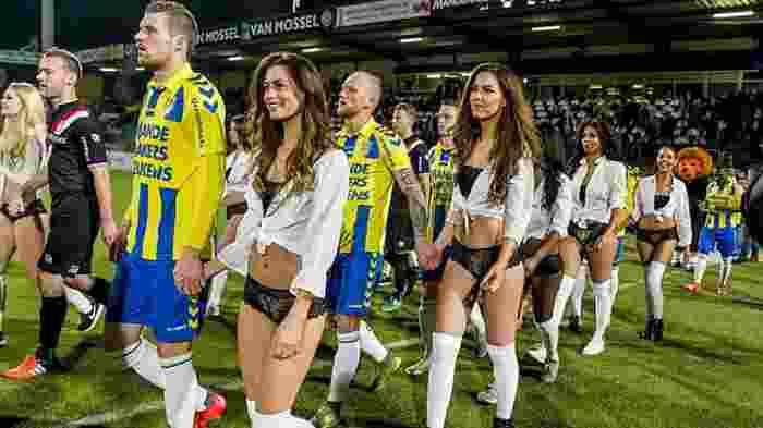 Klub Sepak Bola Ini Malah Gandeng Cewek-Cewek Seksi Ketika Masuk Lapangan
