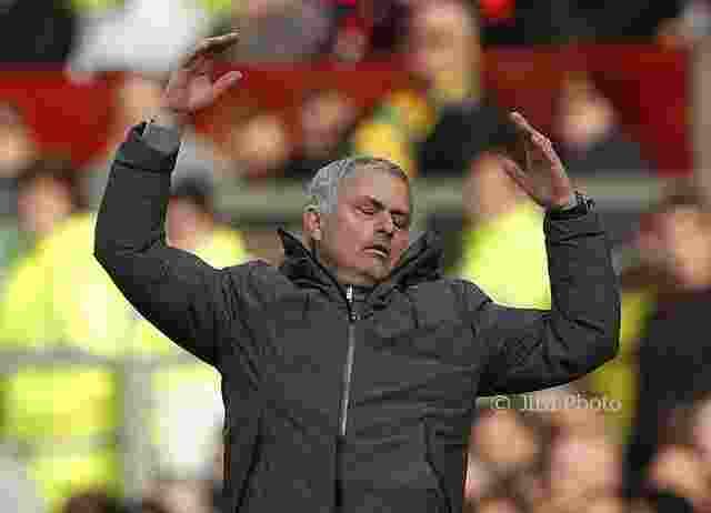 Prestasi Mourinho Dinilai Sama Buruknya Dengan Van Gaal