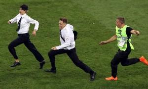 Sosok Penyusup yang Masuk Lapangan Saat Final Piala Dunia 2018